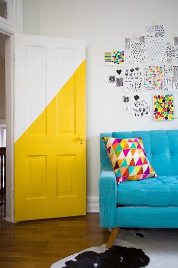 Яркие двери в интерьере