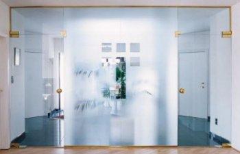 Особенности стеклянных межкомнатных дверей